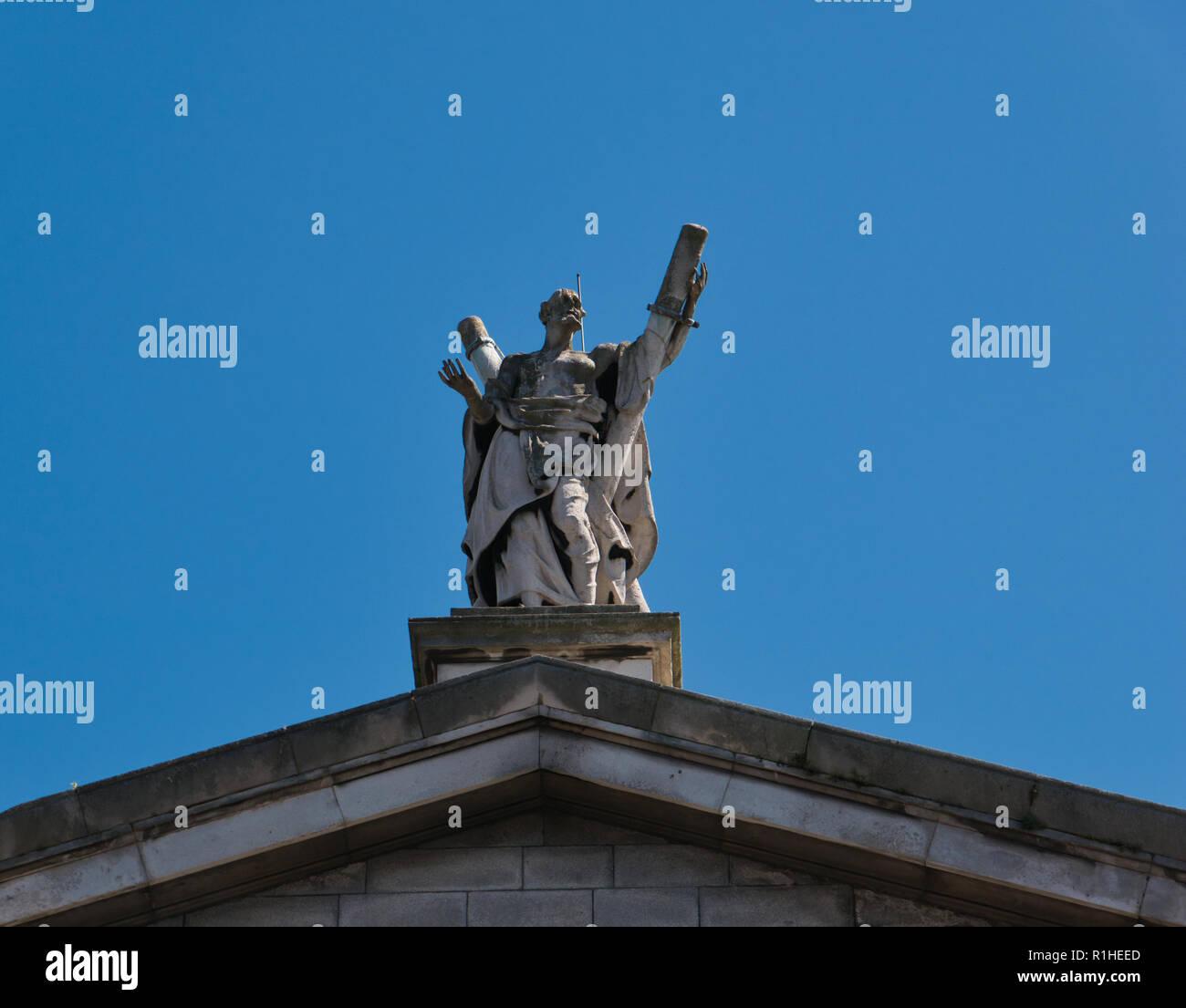 Die St. Andrew Statue auf dem Giebel einer Kirche in der Stadt Dublin - Stock Image
