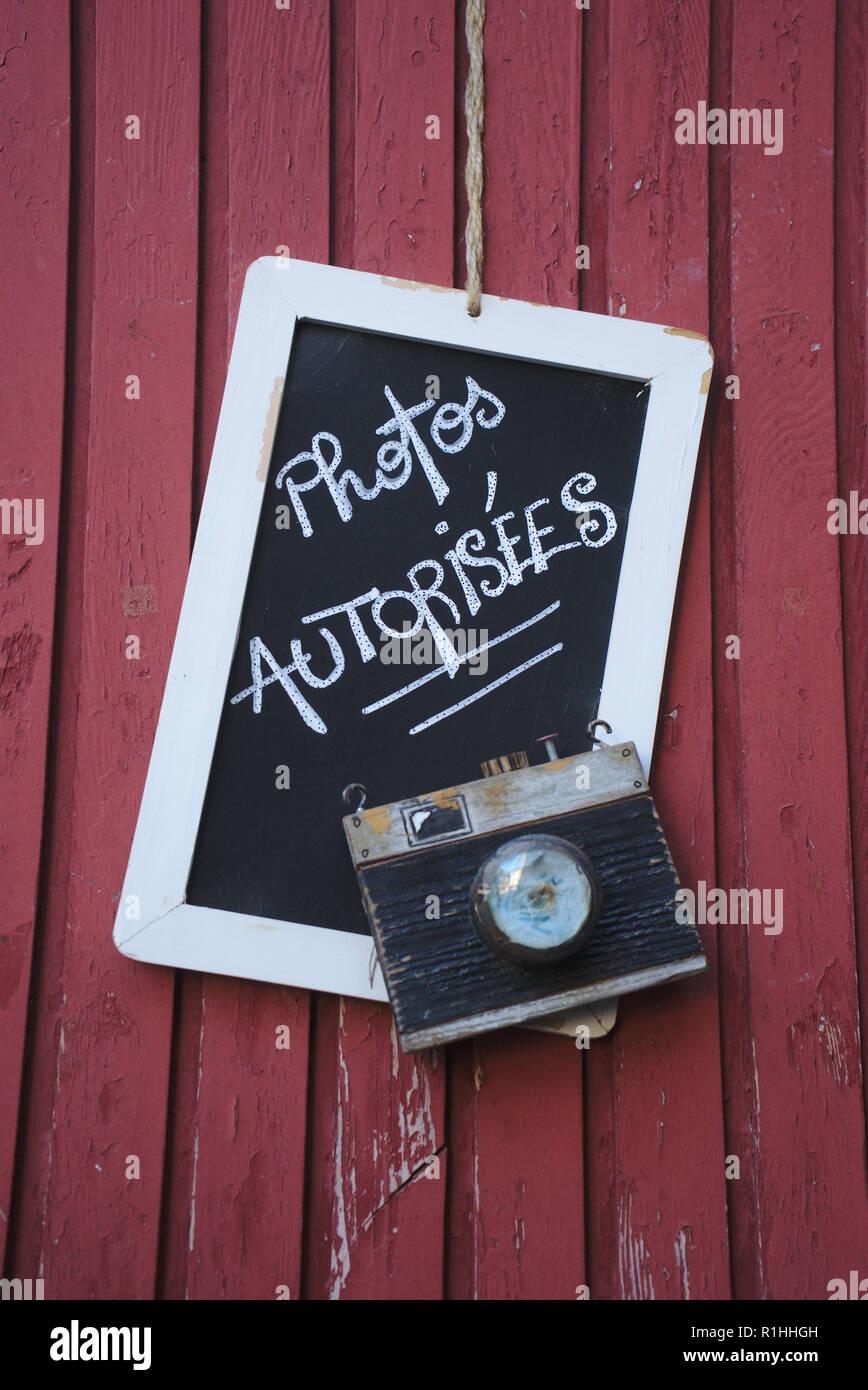 Composition avec ardoise et faux appareil photo; sur fond de planches rouge - Stock Image