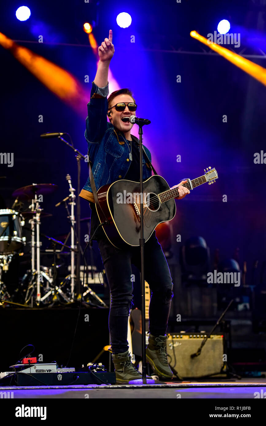 Doheny State Beach, Dana Point, California, November 10, 2018, Seth Ennis performing on stage on day 1 of the Driftwood Country Music Festival. - Stock Image