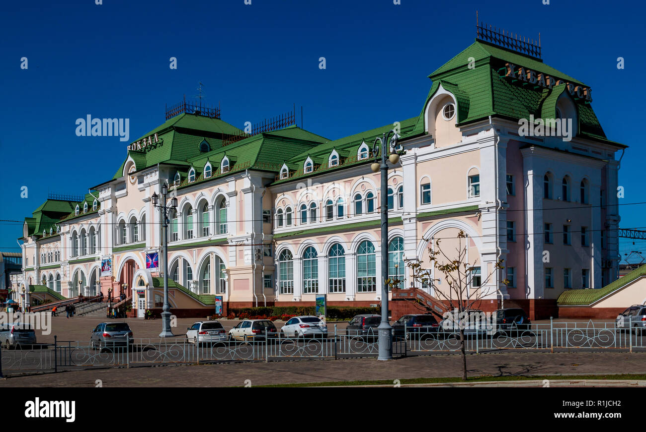 KHABAROVSK, RUSSIA - SEPTEMBER 29, 2018: The building of the railway station of the Far Eastern city of Khabarovsk - Stock Image