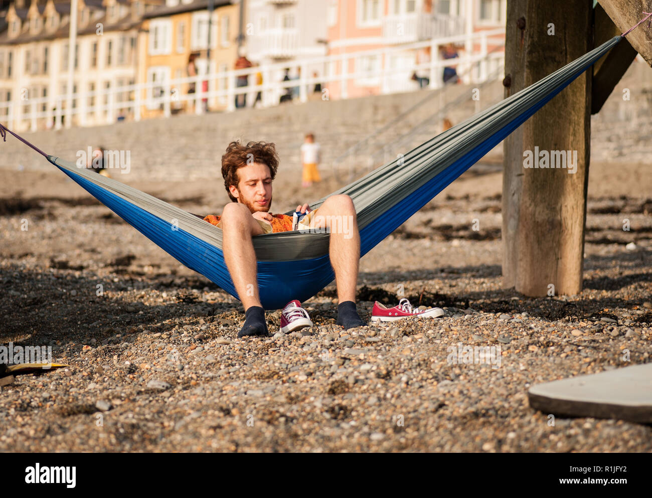 UK Weather: Aberystwyth, Ceredigion, West Wales Thursday 12th May 2016. The end to a lovely day with tempretures reaching 23 dergees. Students and loc - Stock Image