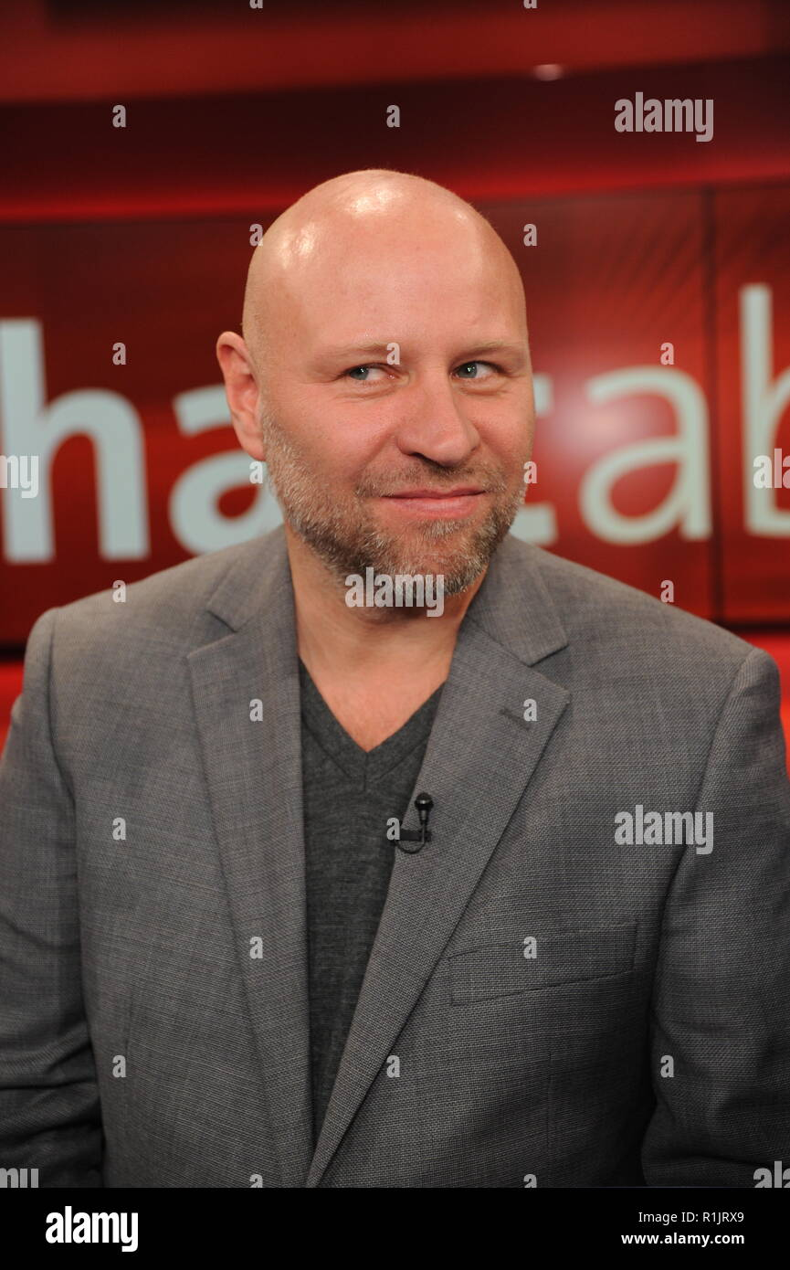 12 November 2018, North Rhine-Westphalia, Köln: The journalist Olaf Sundermeyer, author of the reportage 'Die Clans - arabische Großfamilien in Deutschland' (The Clans - Arabian Extended Families in Germany) as guest on the ARD talk show ! Hard but fair ' on 12.11.2018 in Cologne. Photo: Horst Galuschka Photo: Horst Galuschka/dpa - Stock Image