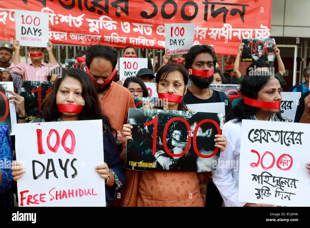 Dhaka, Bangladesh - November 13, 2018: Photographers gathered at Shahbag in Dhaka, holding in protest and demanding the immediate release of photographer Shahidul Alam. Credit: SK Hasan Ali/Alamy Live News - Stock Image