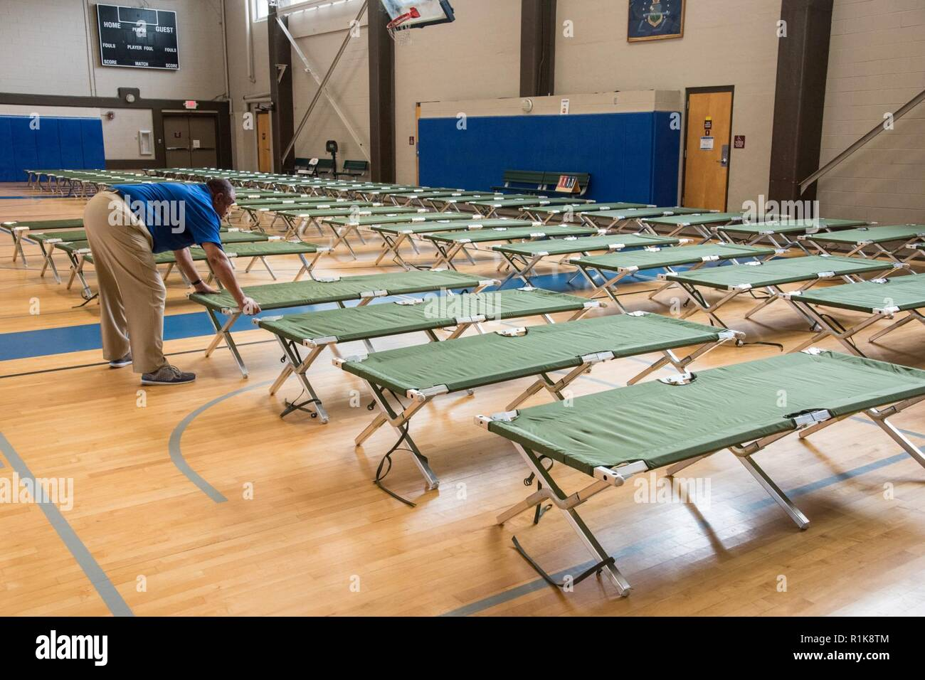 Maxwell AFB, Ala. - Maxwell personel set up cots for evacuees from Hurricane Michael - Stock Image