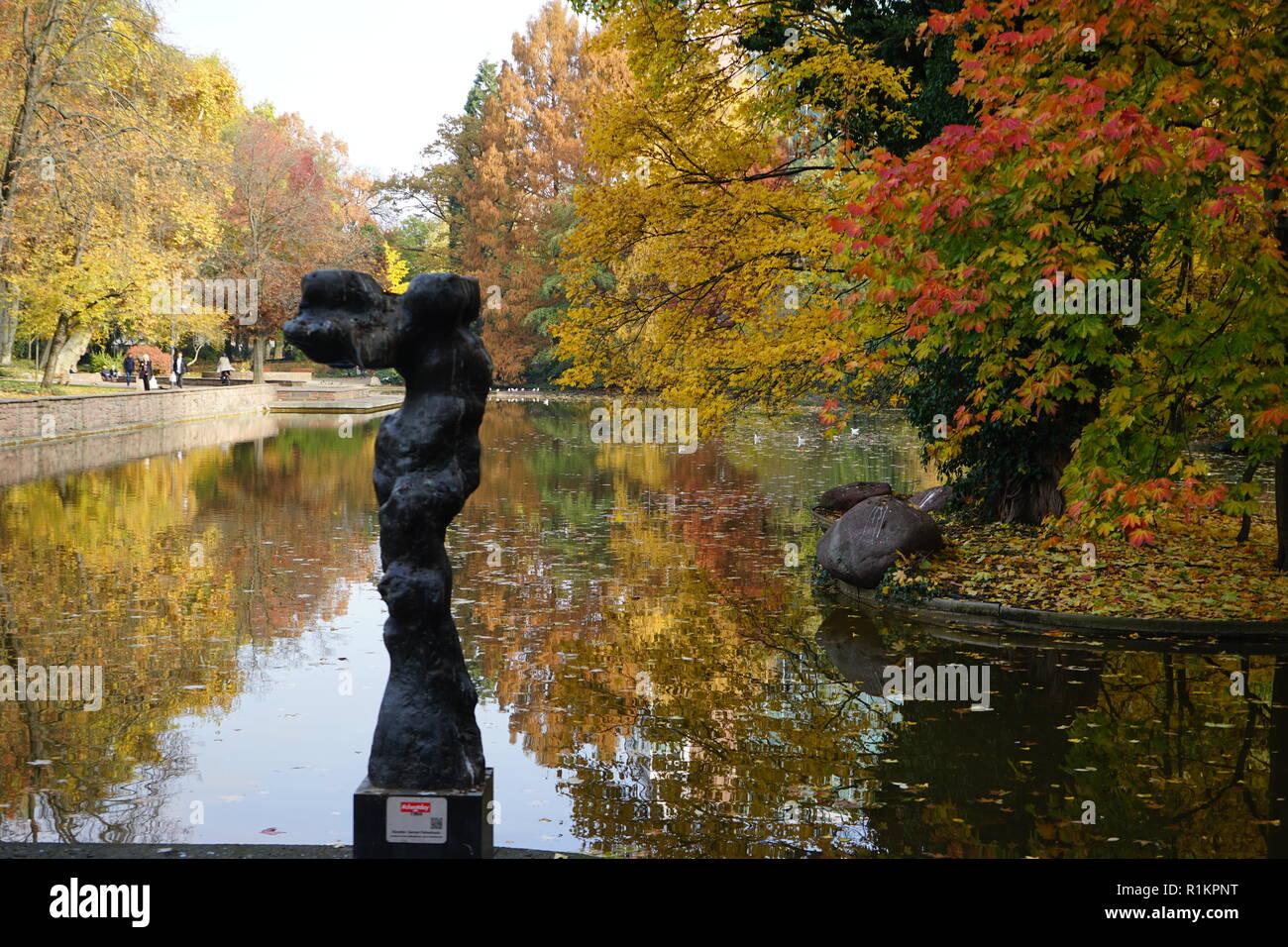 Karyatide, Skulptur am Albert-Mangelsdorff-Weiher, großer Weiher, Bockenheimer Anlage, Frankfurt am Main - Stock Image