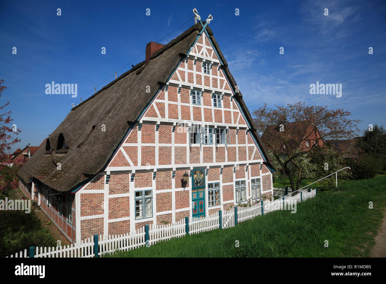 Old Farmhouse at Este-dike, Jork-Koenigreich, Altes Land, Lower Saxony, Germany, Europe Stock Photo