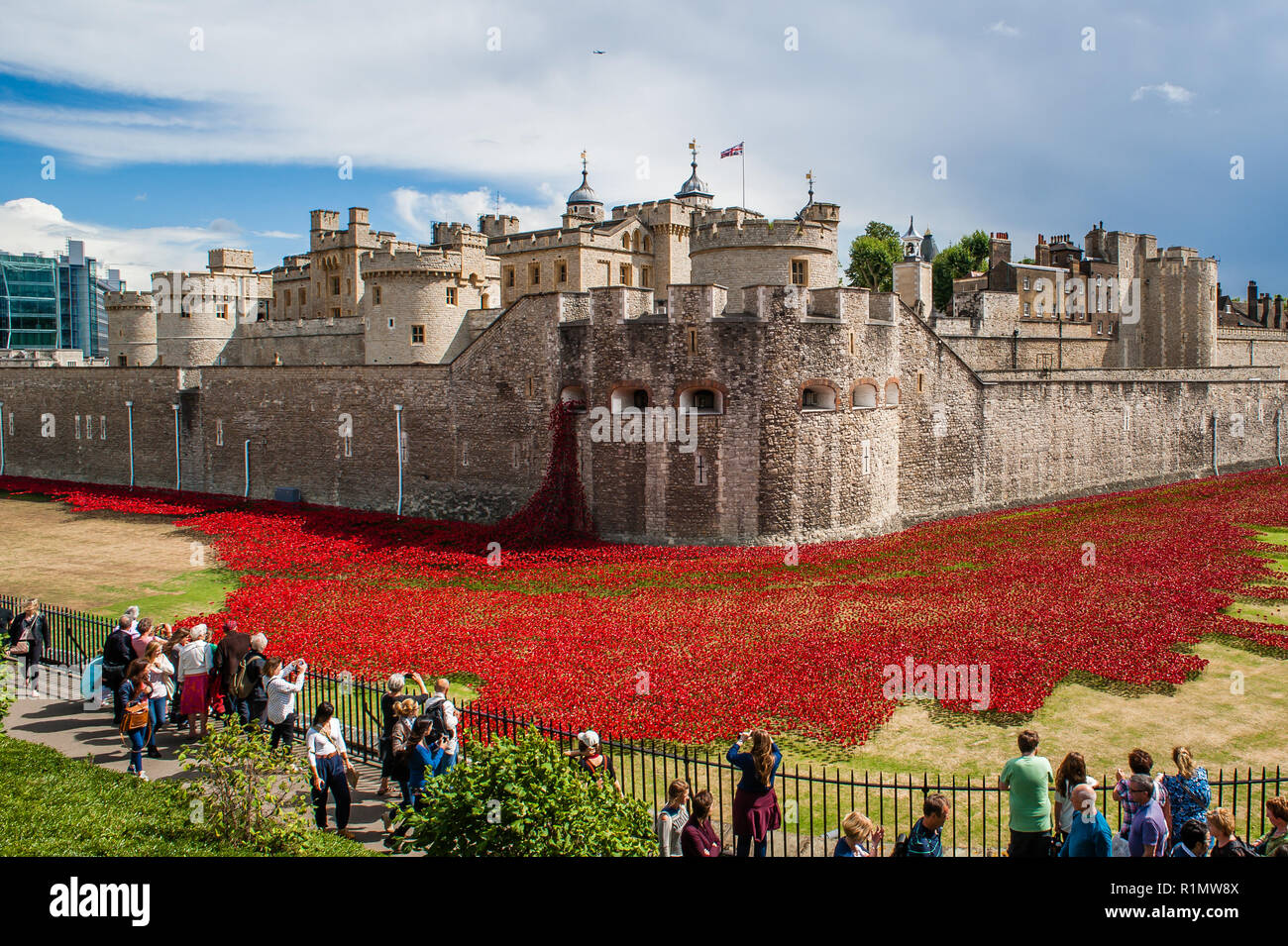 Thousands of handmade ceramic poppies fill the moat at The Tower of London to commemorate the fallen soldiers in the First World War WW1 - Stock Image