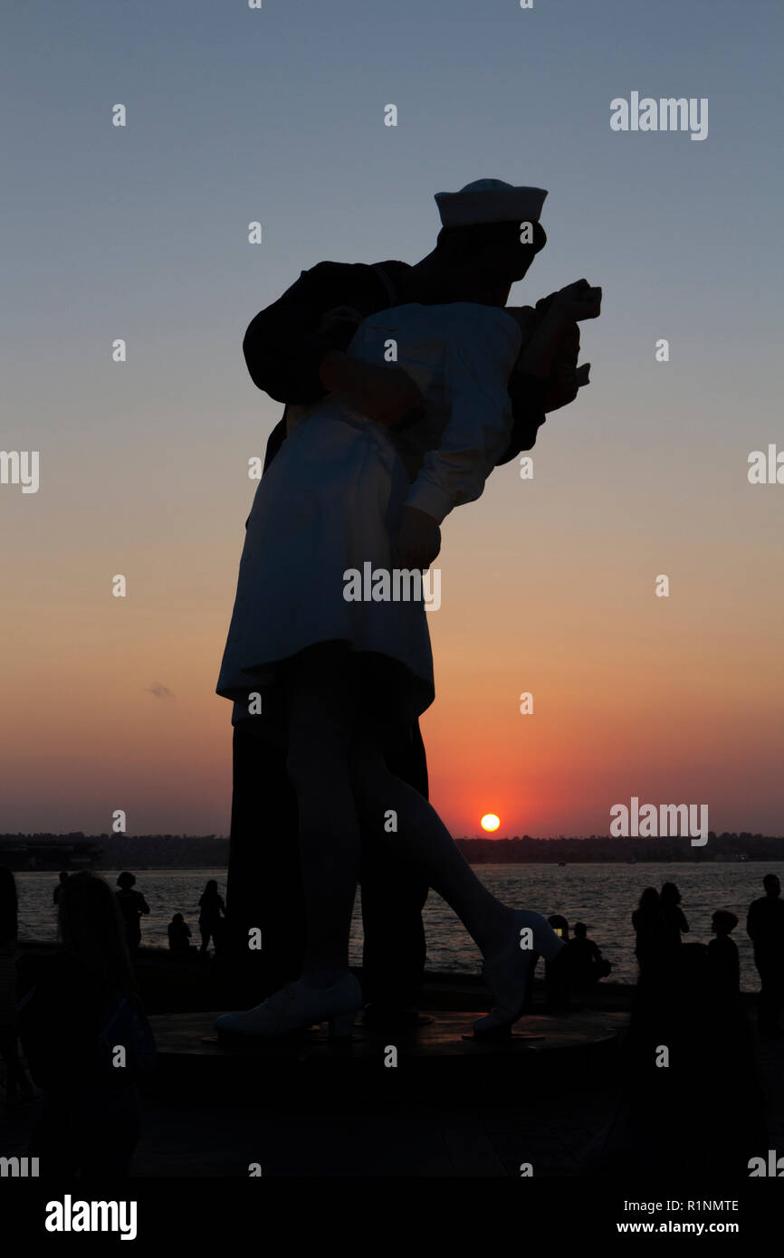 Sunset view of 'Unconditional Surrender' by Seward Johnson, San Diego, CA, US. - Stock Image