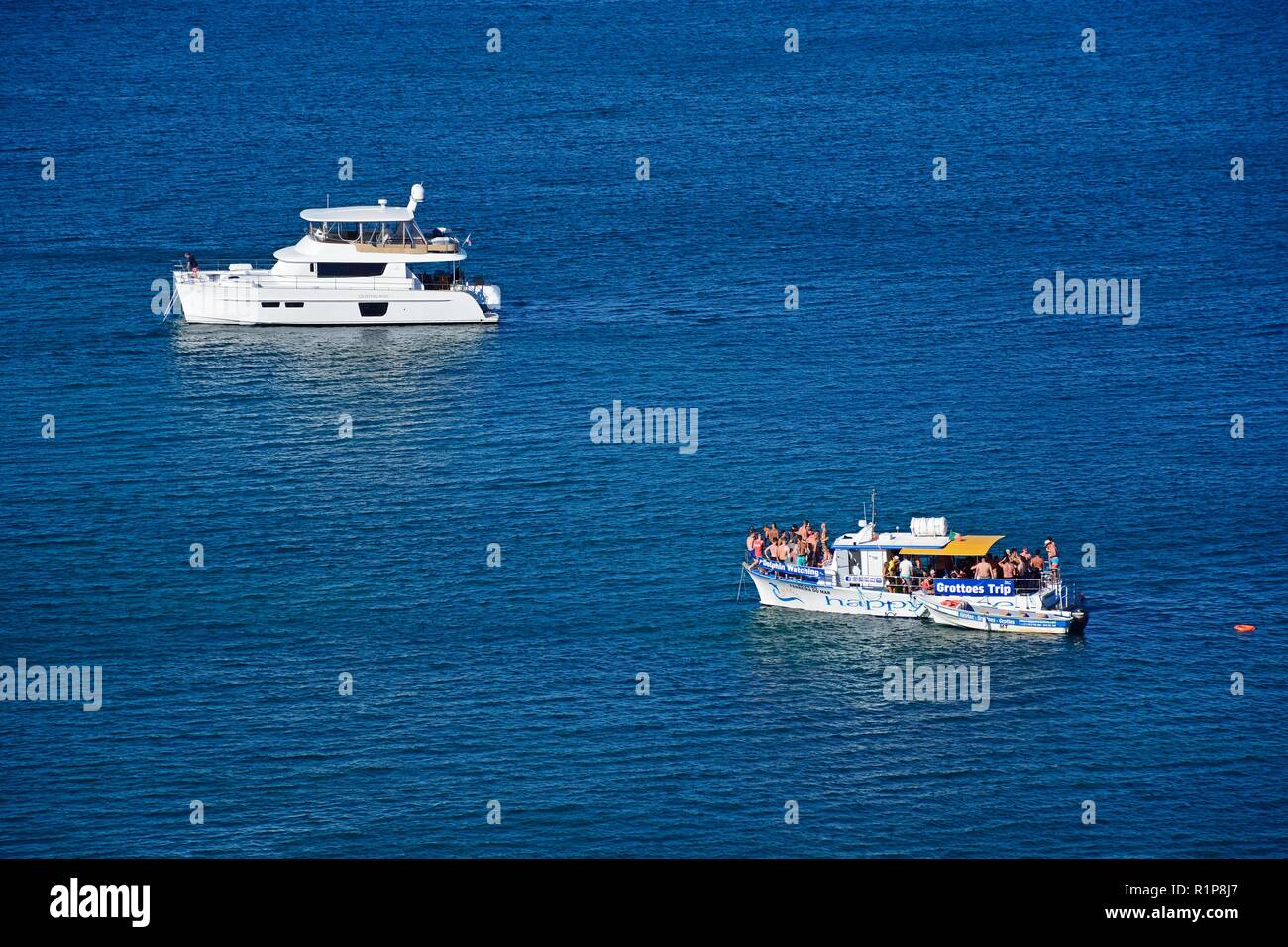 Elevated view tourists on boats in the bay, Ponta da Piedade, Lagos, Algarve, Portugal, Europe. - Stock Image