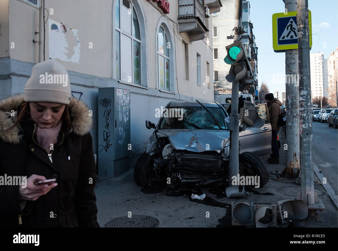 Yekaterinburg, Russia. 14th Nov, 2018. YEKATERINBURG, RUSSIA - NOVEMBER 14, 2018: A wrecked Honda CRV car in the aftermath of an accident in which it hit pedestrians on the pavement; three people have been injured, including a woman and child. Donat Sorokin/TASS Credit: ITAR-TASS News Agency/Alamy Live News - Stock Image