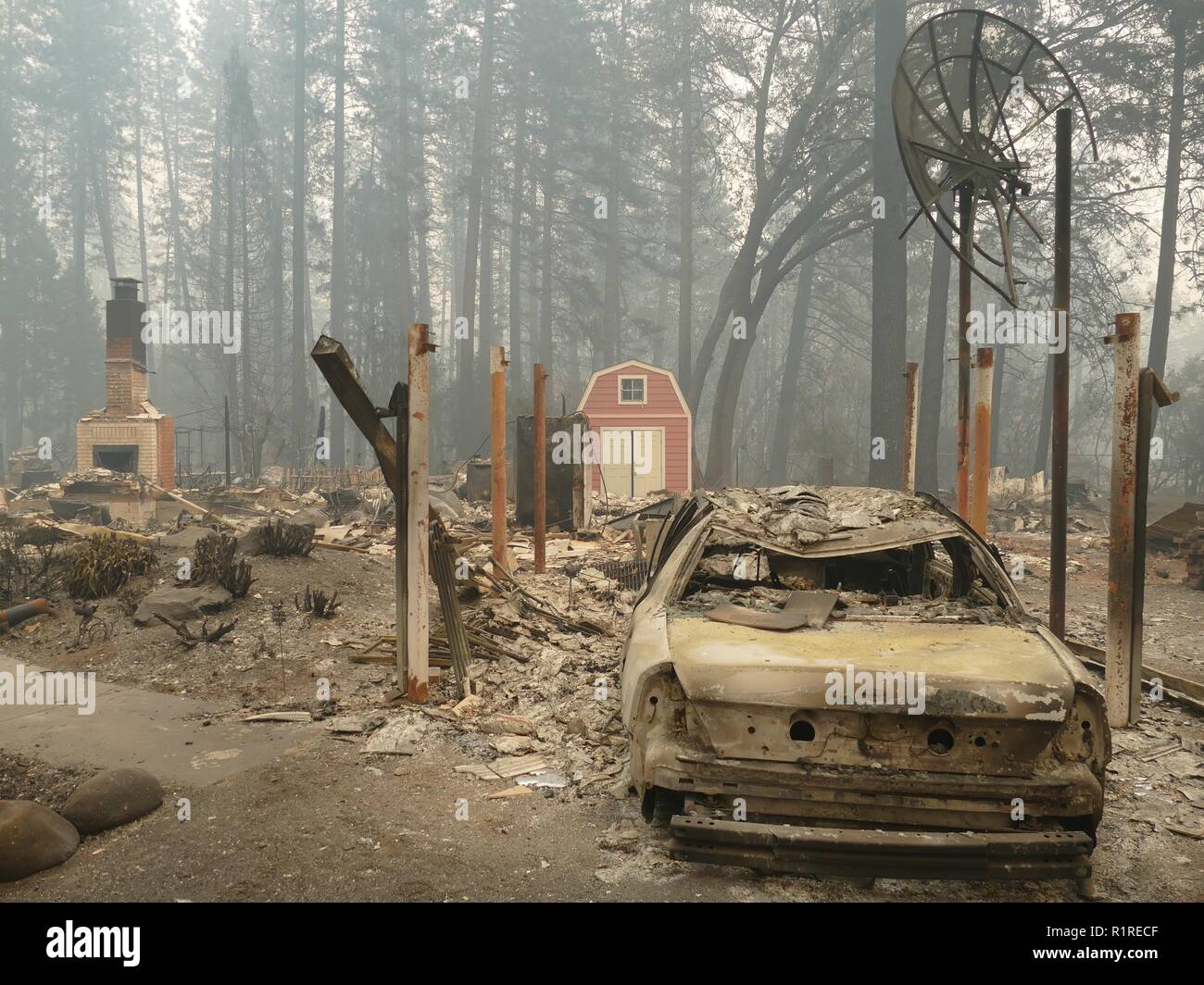 Paradise, USA. 13th Nov, 2018. A burnt out car and debris after the forest fire, the so-called 'camp' fire. (to dpa 'Paradise as hell on earth - 'Will create a new church' of 14.11.2018) Credit: Barbara Munker/dpa/Alamy Live News - Stock Image