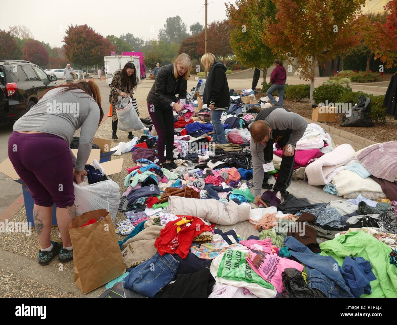 Chico, USA. 13th Nov, 2018. In front of an emergency shelter in Chico, a neighbouring town of Paradise, clothing donations are made after they have lost their belongings through the forest fire, the so-called 'camp' fire. 50,000 people had to leave the danger zone, more than 1300 are scattered in emergency shelters, in many places there is no mobile phone reception. It's chaos. (to dpa 'Paradise as hell on earth - 'Will create a new church' of 14.11.2018) Credit: Barbara Munker/dpa/Alamy Live News - Stock Image