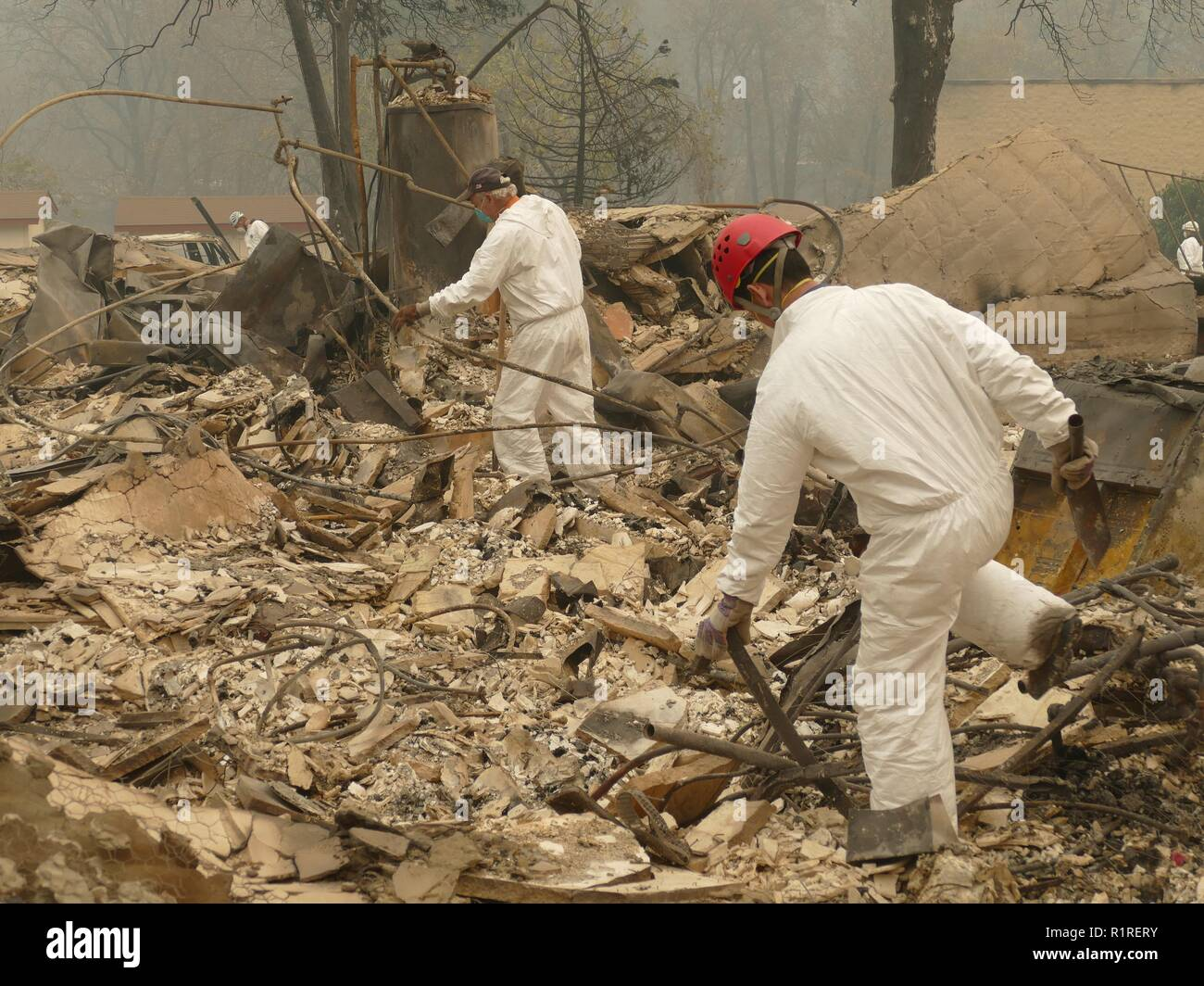 Paradise, USA. 13th Nov, 2018. Rescue teams search the burnt debris of a residential complex. Paradise has become a ghost town. Only fire engines and fire engines drive through the spooky landscape. Residents are not allowed to return for the time being. (to dpa 'Paradise as hell on earth - 'Will create a new church' of 14.11.2018) Credit: Barbara Munker/dpa/Alamy Live News - Stock Image