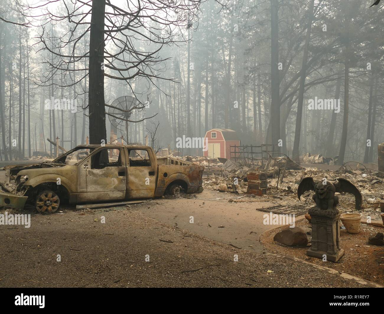Paradise, USA. 13th Nov, 2018. Burnt debris left behind by the forest fire, the so-called 'camp' fire. Paradise has become a ghost town. Only fire engines and fire engines drive through the spooky landscape. Residents are not allowed to return for the time being. (to dpa 'Paradise as hell on earth - 'Will create a new church' of 14.11.2018) Credit: Barbara Munker/dpa/Alamy Live News - Stock Image