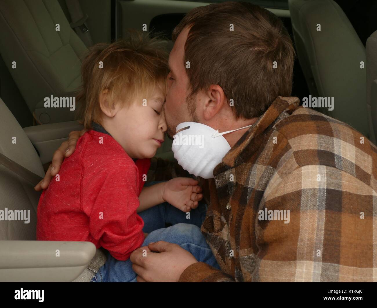 Paradise, USA. 13th Nov, 2018. David Castro (29) and his three-year-old son Harlan, who lost their house with the so-called 'camp' fire and now live partly in the car of friends or in emergency shelters. (to dpa 'Paradise as hell on earth - 'Will create a new church' of 14.11.2018) Credit: Barbara Munker/dpa/Alamy Live News - Stock Image