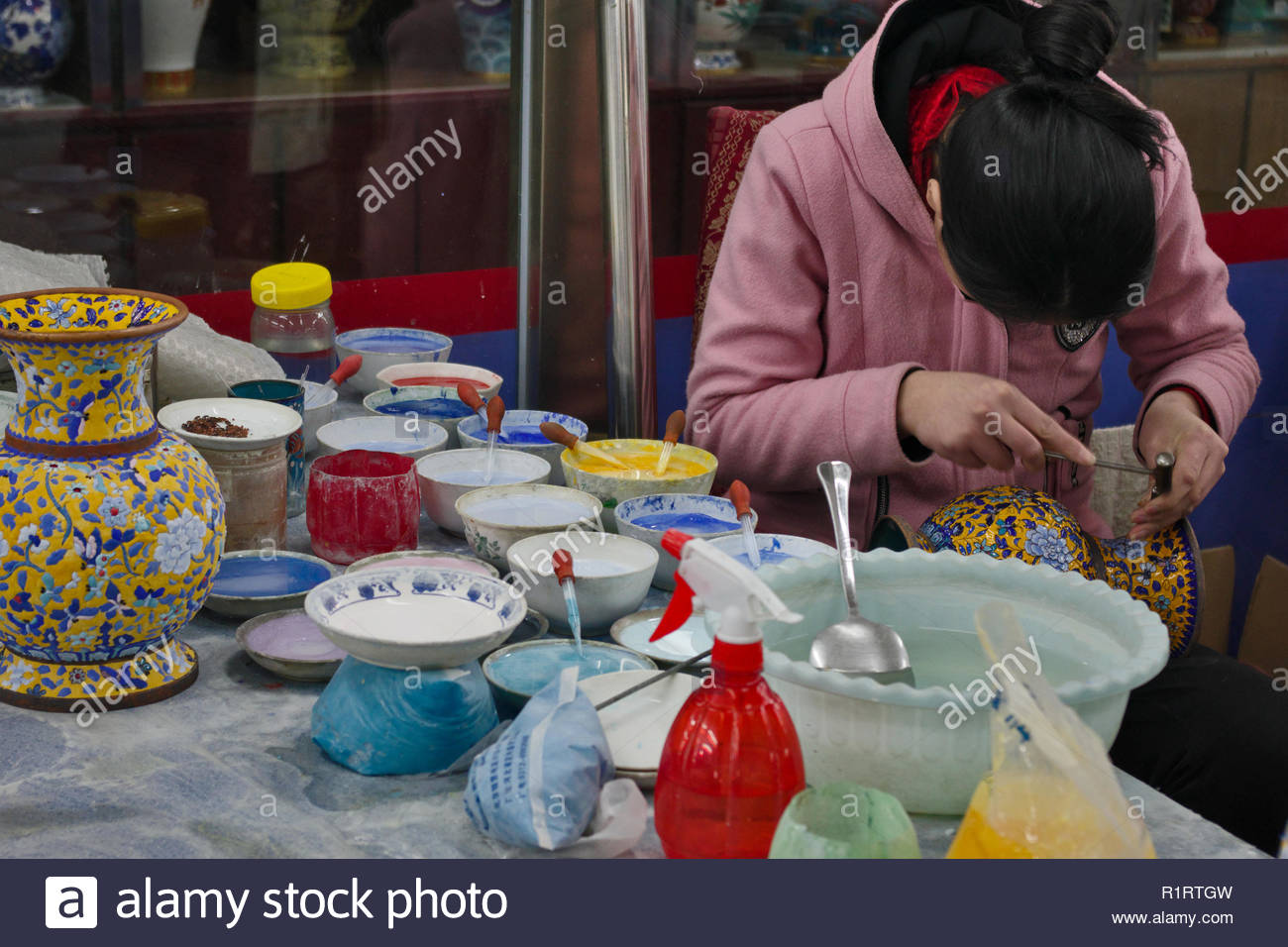 CLOISONNE POTTERY CRAFTSWOMEN AT WORK, BEIJING, PEOPLE'S REPUBLIC OF CHINA - Stock Image