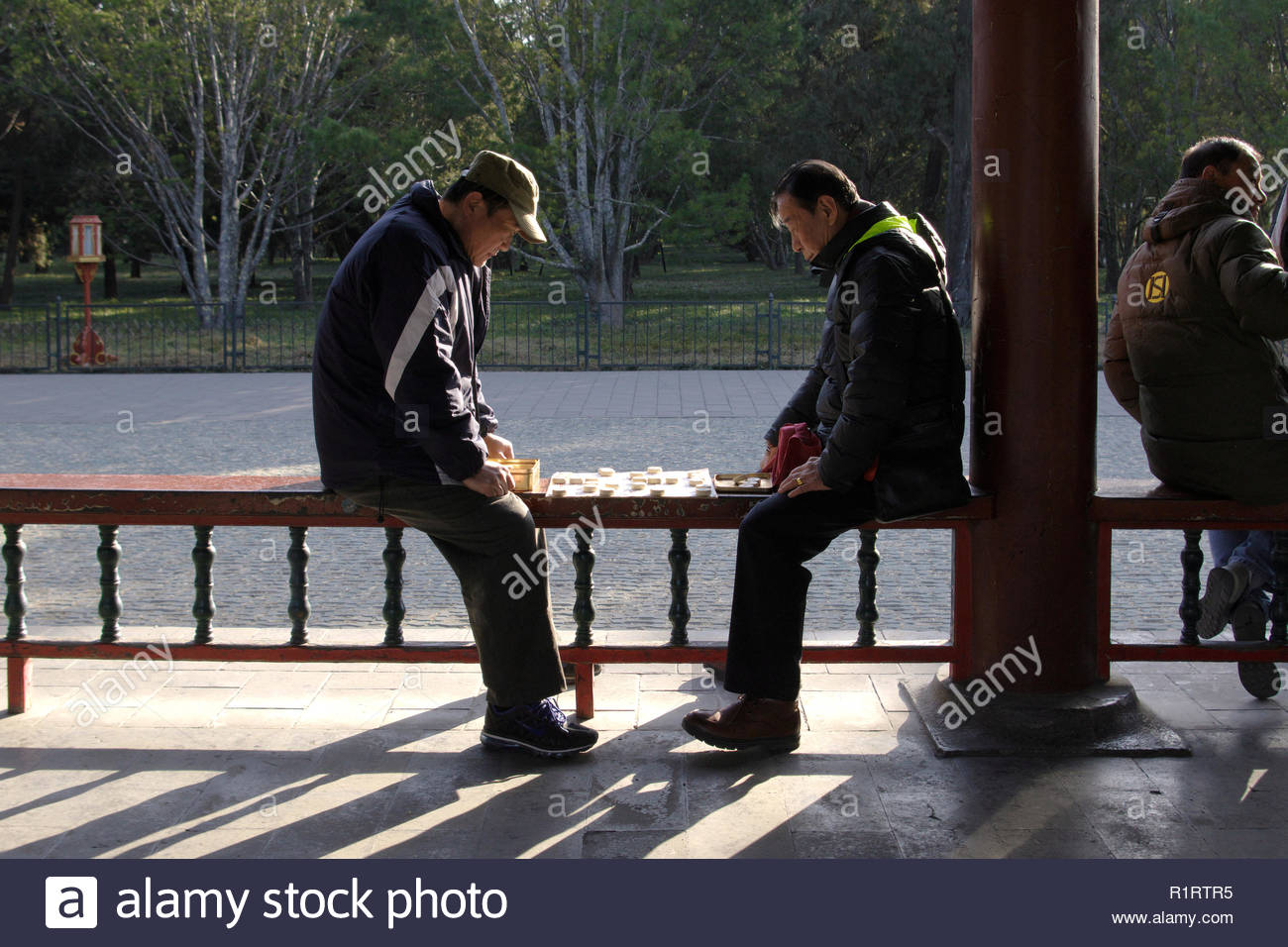 CHINESE PEOLPE PLAYING CHESS (XIANGQI) IN A PARK, BEIJING, PEOPLE'S REPUBLIC OF CHINA - Stock Image