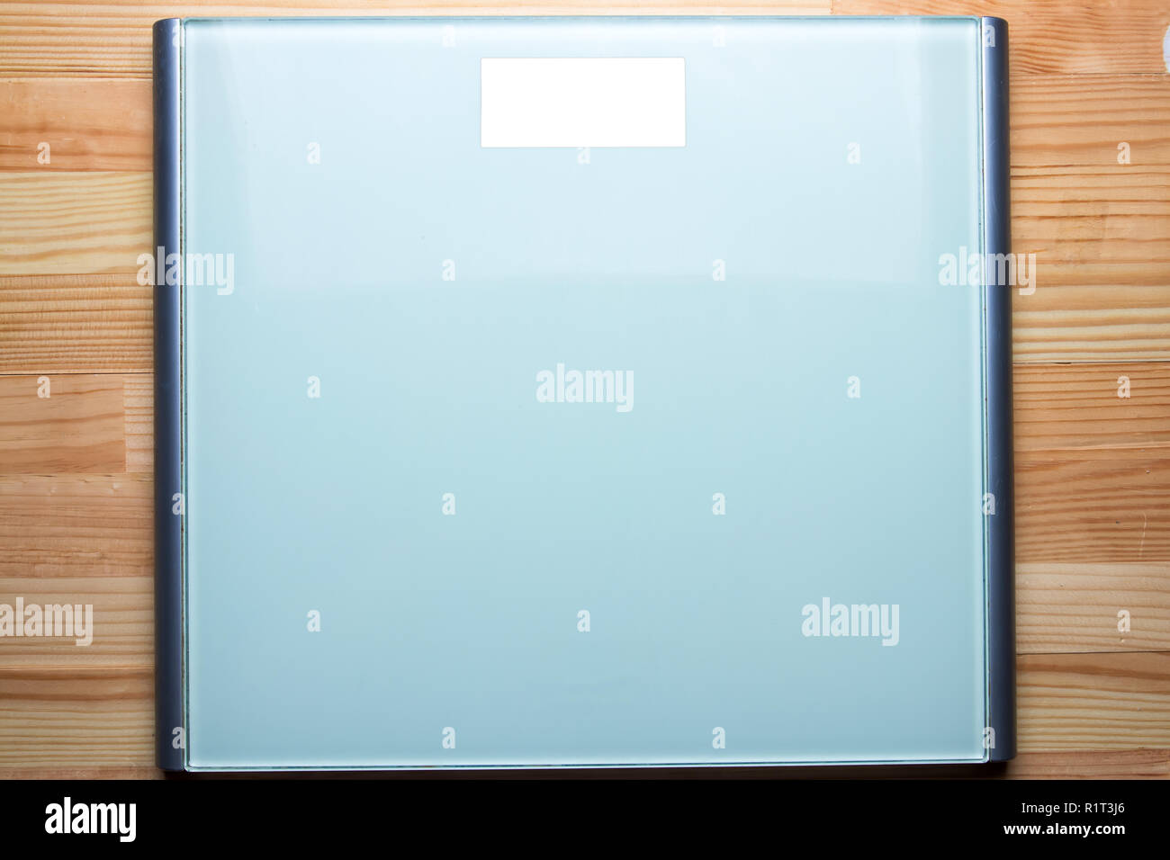 Bathroom weight scale on natural wooden table. Blank white screen display. Flat lay top view. - Stock Image