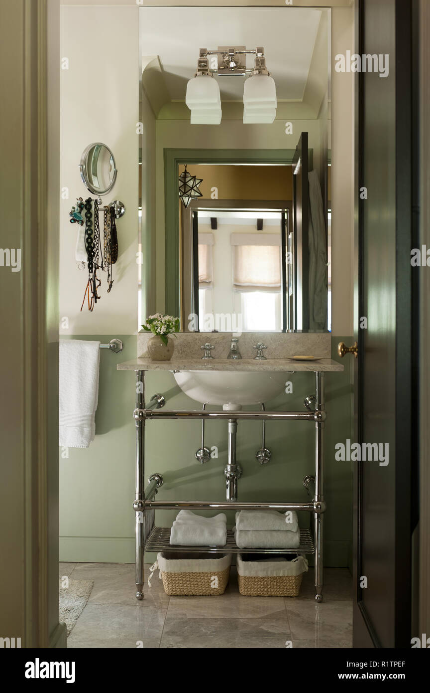 Green and white toned bathroom - Stock Image