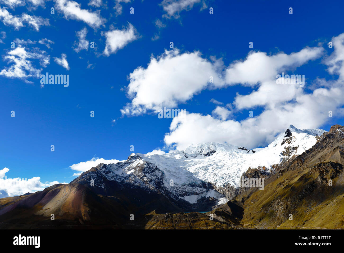 Sunset view of the snowy Huaytapallana in the central mountain range of the Peruvian Andes - Stock Image