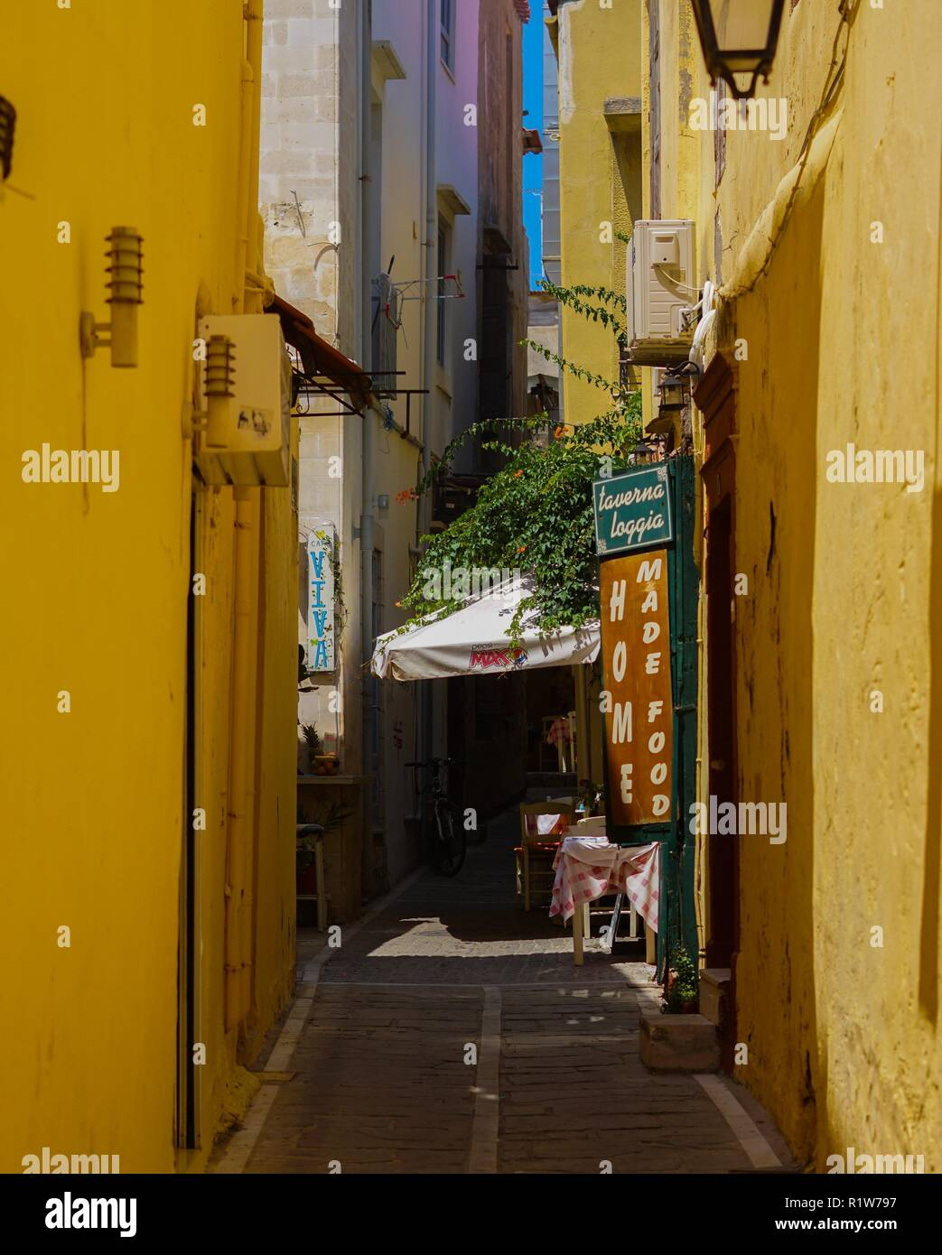 Cafe located on narrow street in old town Rethimno, Crete. - Stock Image