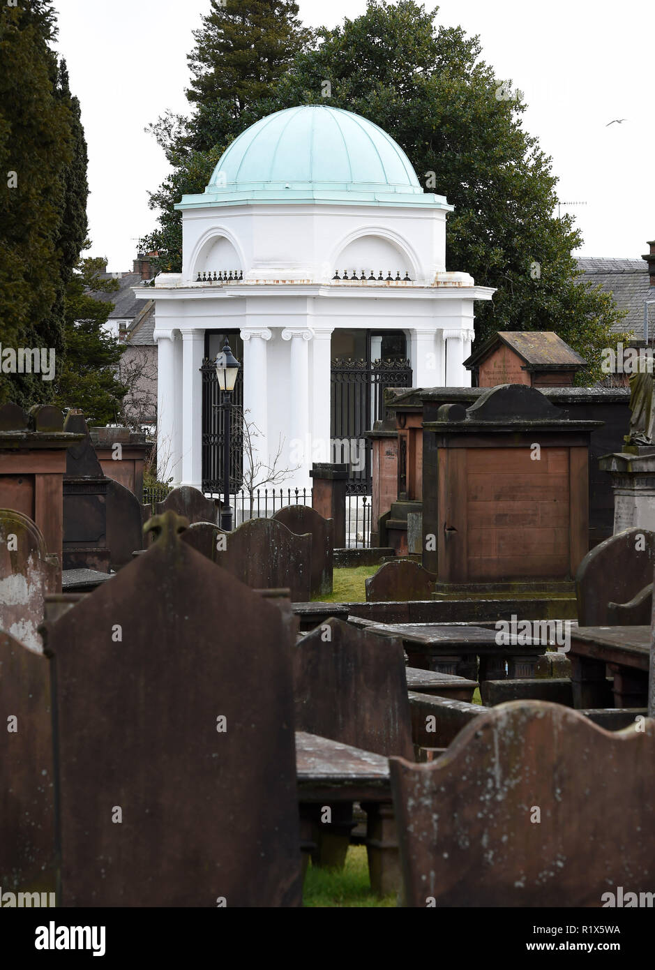Dumfries, Dumfries & Galloway, Scotland. The Robert Burns mausoleum framed by the grave stones in St Michael's churchyard. - Stock Image