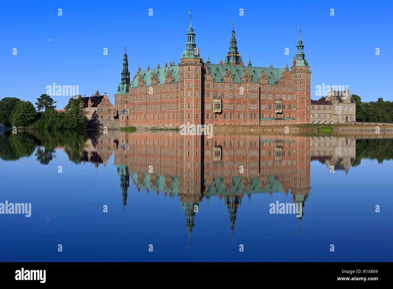 The truly beautiful and majestic 17th-century Frederiksborg Castle (royal residence of King Christian IV) in Hillerod, Denmark - Stock Image