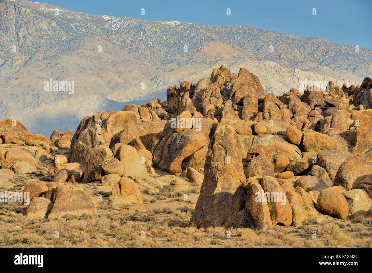 Biotite monzogranite boulders in the Alabama Hills, BLM Alabama Hills Recreation Area, Lone Pine, California, USA - Stock Image