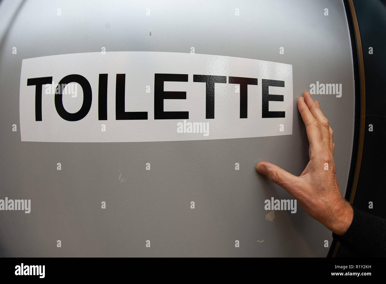 26 October 2018, Lower Saxony, Göttingen: 'Toilet' stands at the door of a unisex toilet or also All-Gender-Toilet in the school building of the Hainberg-Gymasium. Two toilet rooms of the school, formerly one for boys and one for girls, were provided with the stroke 'Toilette' and prepared for the pupils, who do not find themselves in a classical gender order. Photo: Swen Pförtner/dpa - Stock Image