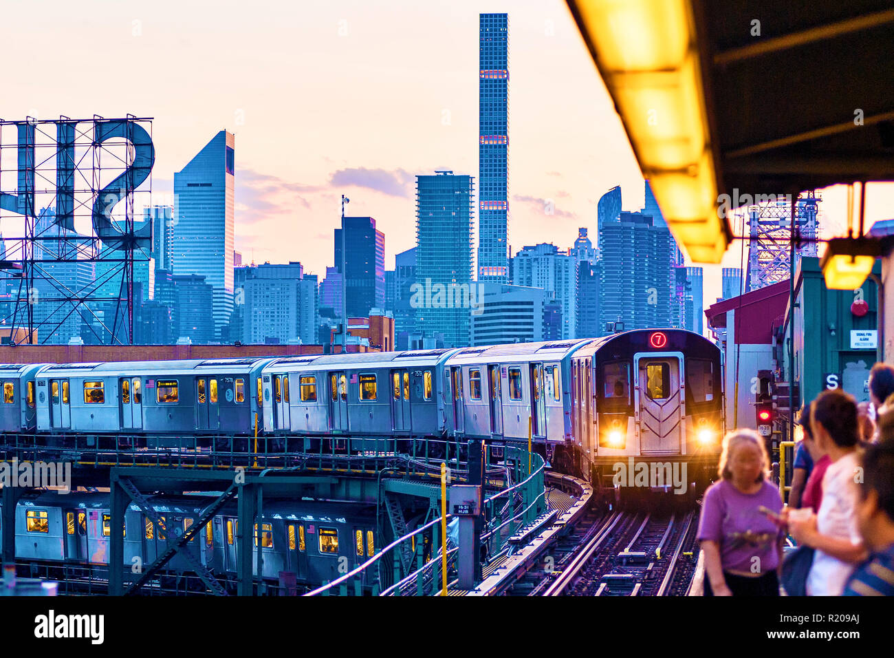 No. 7 Subway Train Long Island City, Queens, Queensboro Plaza, New York City - Stock Image
