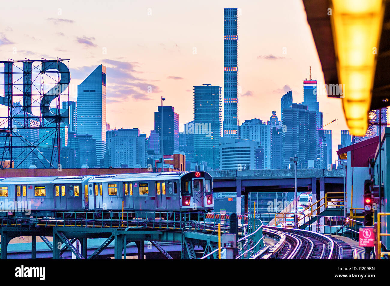 No. 7 Subway Train Long Island City, Queens, Queensboro Plaza, New York City. - Stock Image