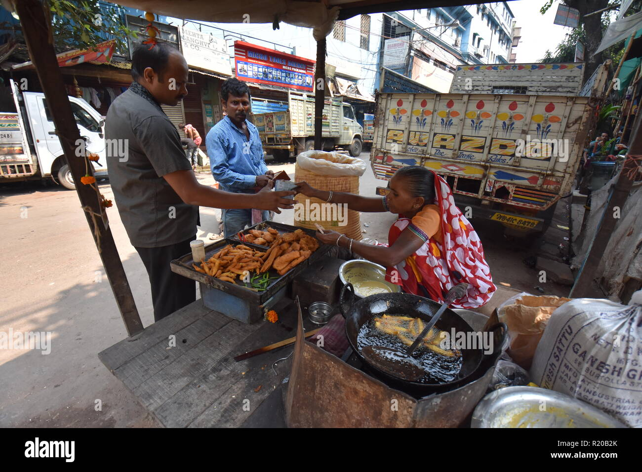 Fritter stall, Canning street, Kolkata, India - Stock Image