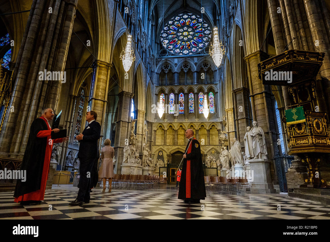 His Majesty King Willem-Alexander of the Netherlands, accompanied by Her Majesty Queen Maxima visit Westminster Abbey on Tuesday 23 October 2018 held at Westminster Abbey, London. Pictured: The King and Queen visit Westminster Abbey, where they laid a wreath at the Grave of the Unknown Warrior as prayers were said by the Dean. They were then taken on a short tour of the Abbey, which will included visiting the resting place of William and Mary. . - Stock Image
