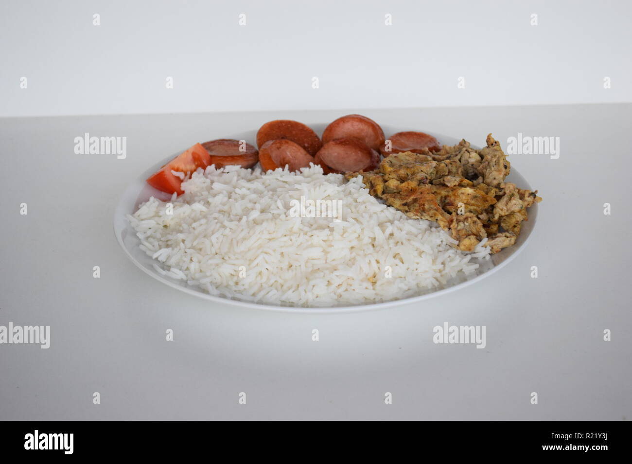 A freshly cooked breakfast of egg, Lyoner sausage, tomatoes and rice at Lety's Transient Homes Baguio, B&B. Ein frisch zubereitetes Frühstück Stock Photo