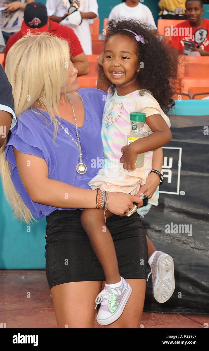 MIAMI - JULY 24: (EXCLUSIVE COVERAGE) Sean Diddy Combs, daughter
