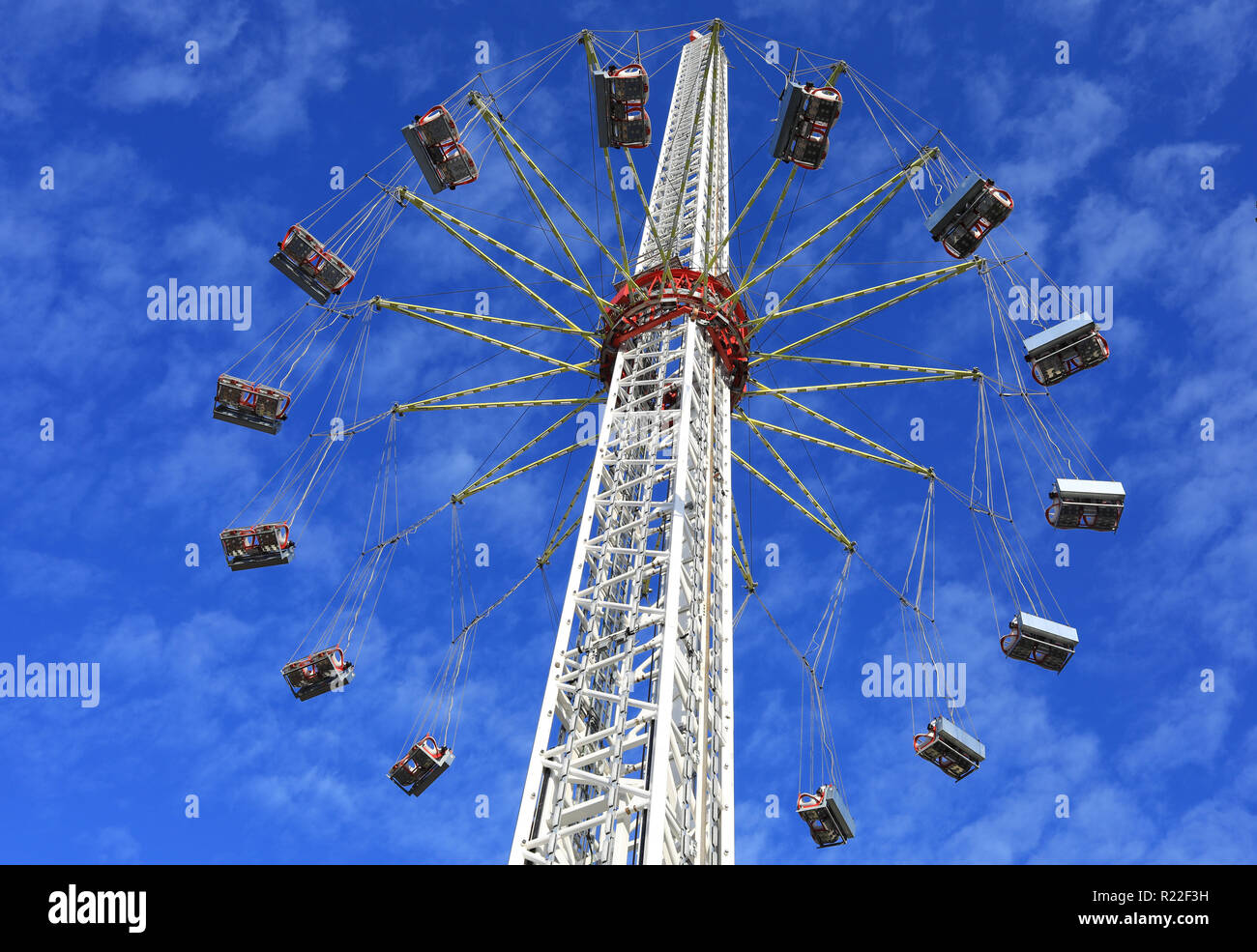 Magdeburg, Germany. 15th Nov, 2018. An 80 metre high chain carousel is set up on the Magdeburg Christmas market. From 26.11.2018, 32 passengers will be able to view the state capital from the air at a maximum speed of 70km/h. The carny family Gebrüder Boos is building their ride 'Art of Flying' for the first time in Saxony-Anhalt. There are only two of these rides in Germany. Credit: Peter Gercke/dpa-Zentralbild/ZB/dpa/Alamy Live News - Stock Image