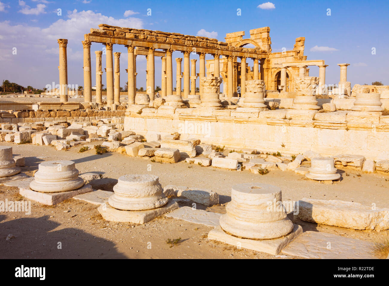 Palmyra, Homs Governorate, Syria - May 26th, 2009 : Great colonnade and 3rd century Monumental Arch of Triumph of Palmyra,  a Roman ornamental archway - Stock Image