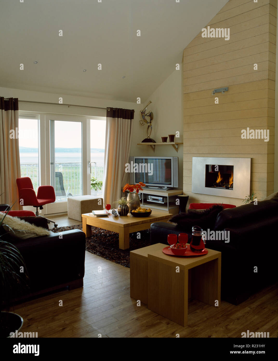 Merveilleux Wooden Flooring And Leather Sofas In Modern Coastal Living Room