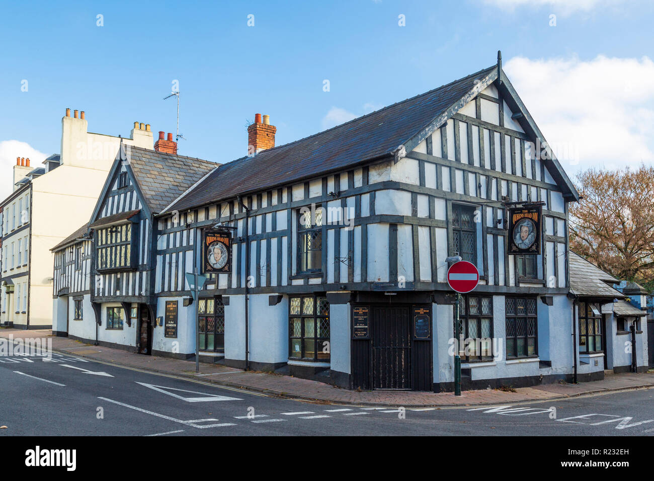 The Queen's Head Inn, St James Street, Monmouth, a sixteenth century coaching inn, said to be haunted. - Stock Image