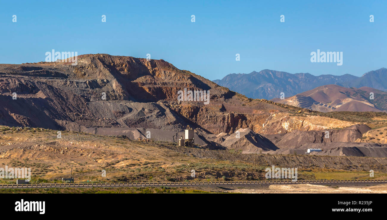 Mining site in Utah with view of mountains and sky - Stock Image