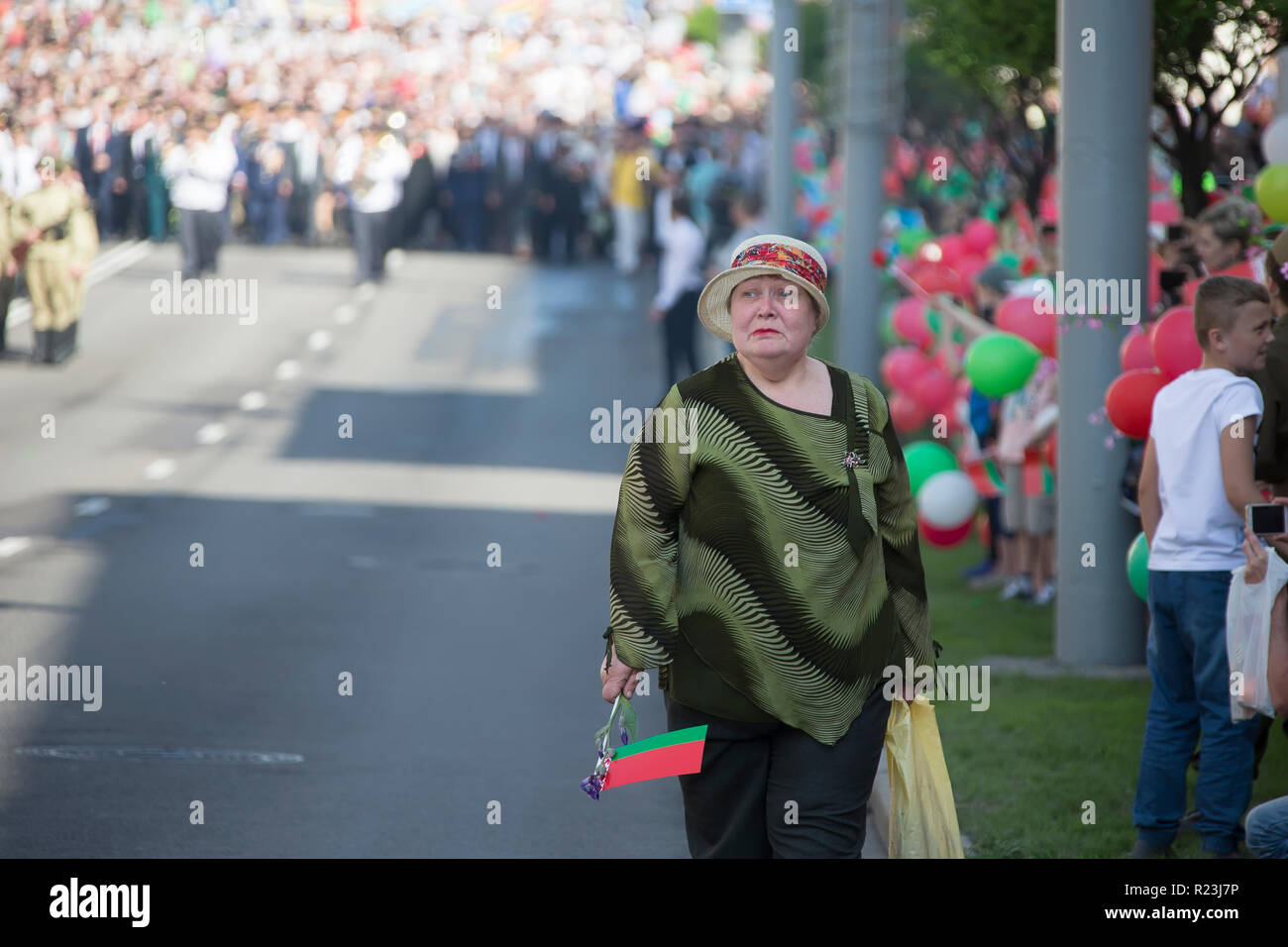 Belarus, the city of Gomel, May 9, 2018. Holiday Victory Day. Central Park.Sad Belarusian pensioner with the national flag - Stock Image