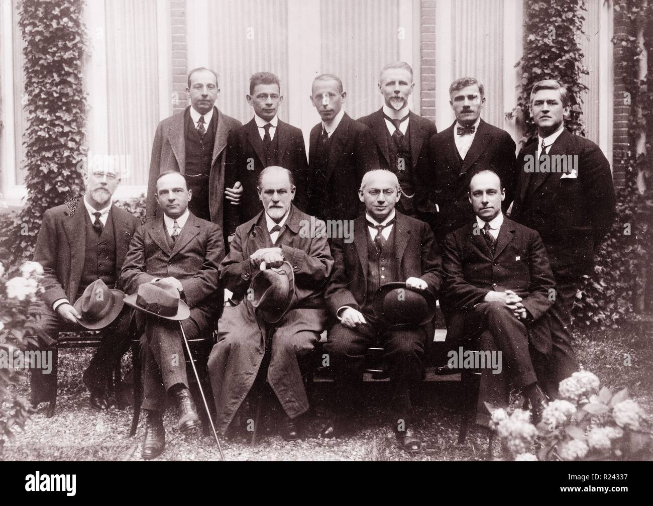 Sigmund Freud with colleagues at the Congress at the Hague. Freud seated (center), Ernest Jones (second from left), Sandor Ferenczi (second from right), and standing (center) Karl Abraham; several unidentified men appear either seated or standing. 1920 - Stock Image