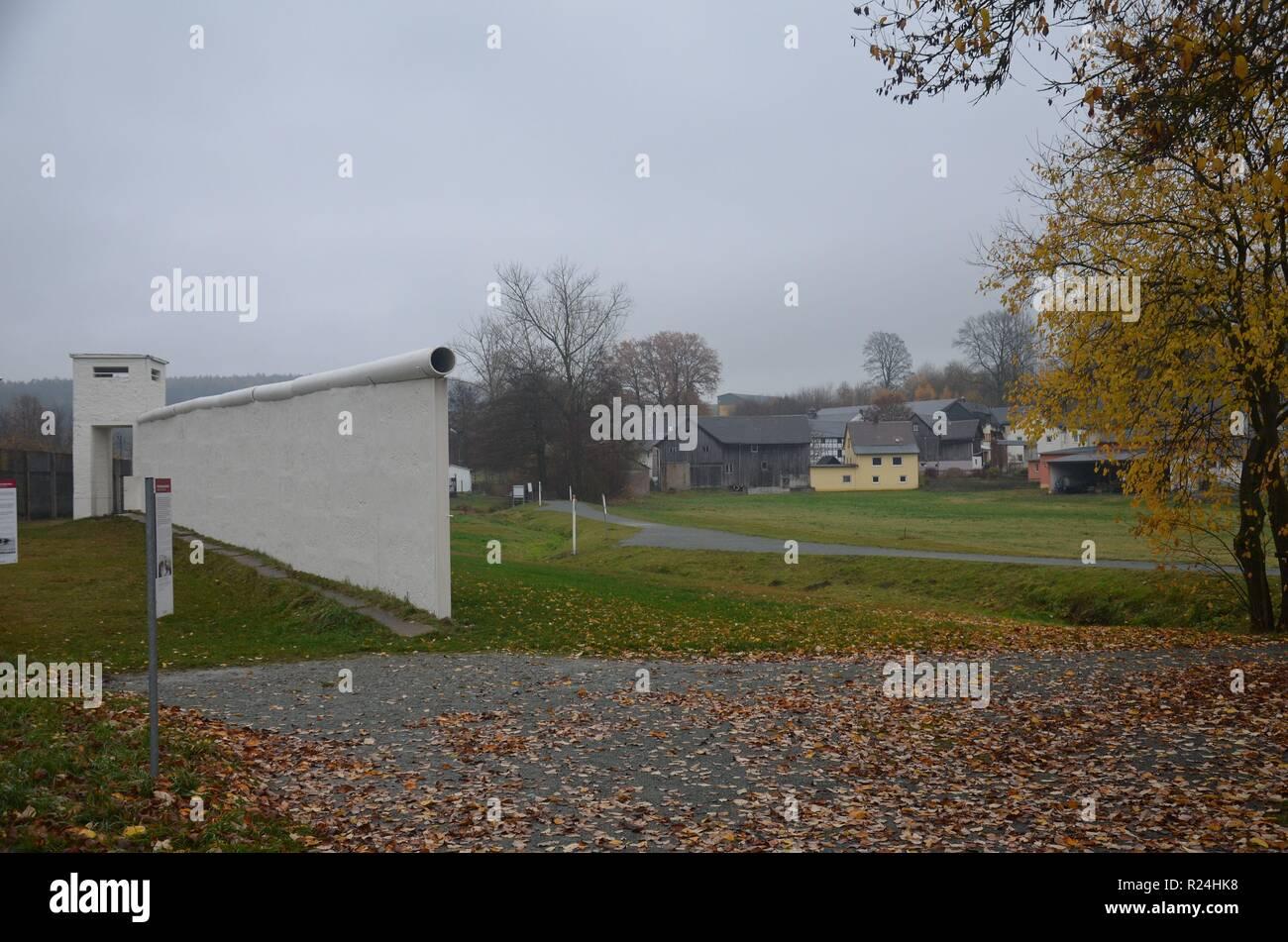 Mödlareuth, ein Dorf in Bayern und Thüringen, bis 1989 verlief die Grenze zwischen der BRD und der DDR hier. Gedenkstätte, Museum. - Stock Image