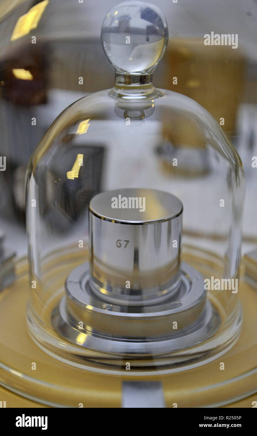 Brno, Czech Republic. 16th Nov, 2018. The platinum and iridium alloy cylinder (pictured on November 16, 2018 at the Czech Metrology Institute in Brno, Czech Republic) will no longer be a kilogram standard. Representatives of individual countries at the International Bureau of Weights and Measures (BIPM) conference, as expected, have decided to redefine the kilogram and other basic units. The base unit of mass is newly derived from the fixed value of the Planck constant. Credit: Igor Zehl/CTK Photo/Alamy Live News - Stock Image