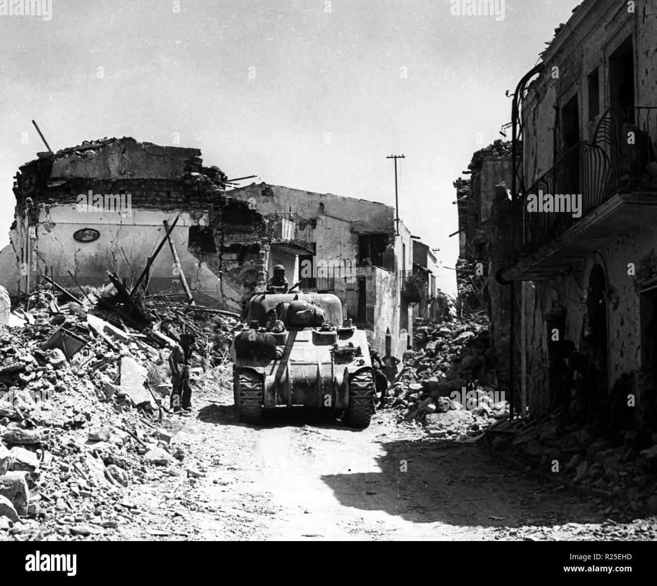 Panzer Sherman III der Kanadischen Arme nach der Invasion und bei der Befreiung Sizilien 1943 - Tank Sherman III of the Candian Army after the invasion and liberation of Sicily 1943 Stock Photo