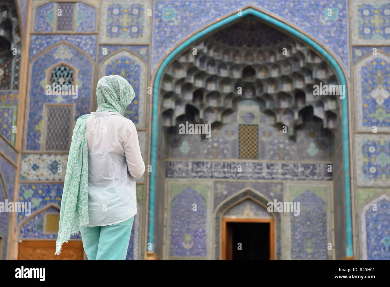 Tourist in front of the main gate to Sheikh Lotfollah Mosque is one of the architectural masterpieces of Iranian, standing on the eastern side of Nagh Stock Photo