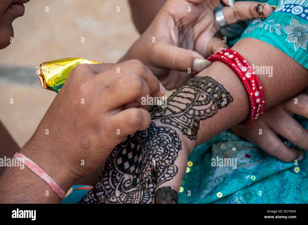 Henna tattoo in the street of Jaisalmer - Stock Image