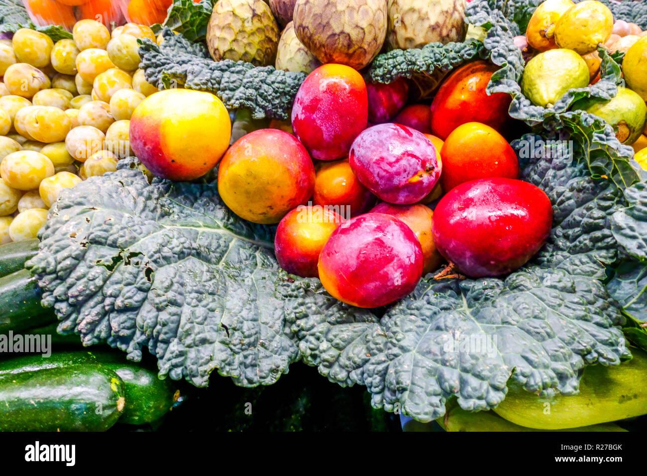Fresh mango fruit on vegetable market stall, Alicante Spain - Stock Image