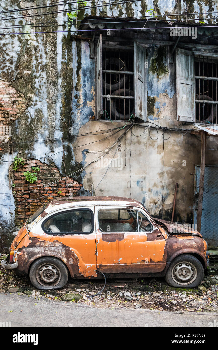 Old, abandoned car in the Talad Noi area of Chinatown, Bangkok, Thailand - Stock Image