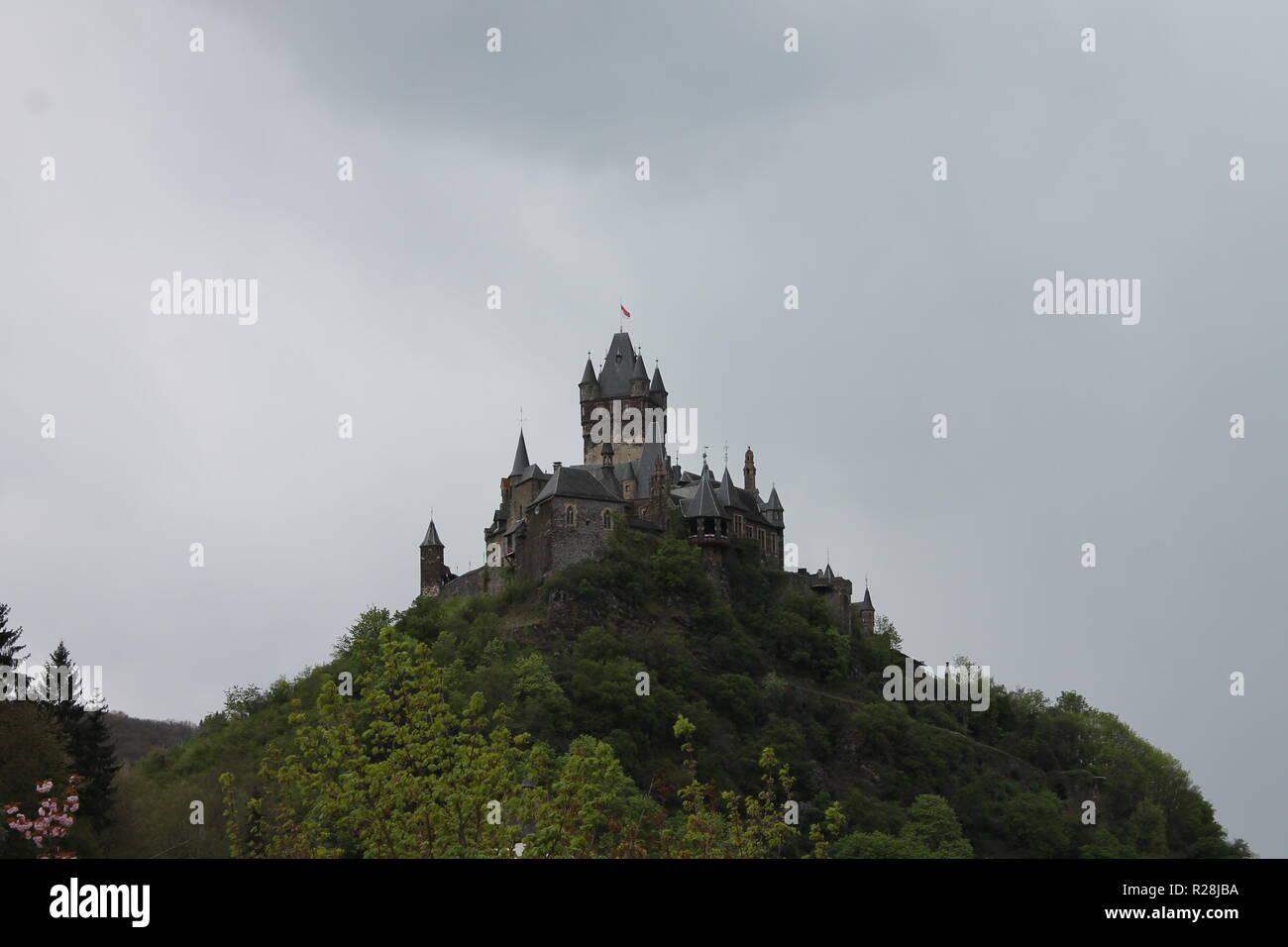 Die Reichsburg Cochem ist eine Burganlage in der rheinland-pfälzischen Stadt Cochem an der Mosel. Sie ist ihr Wahrzeichen und steht auf einem weithin - Stock Image